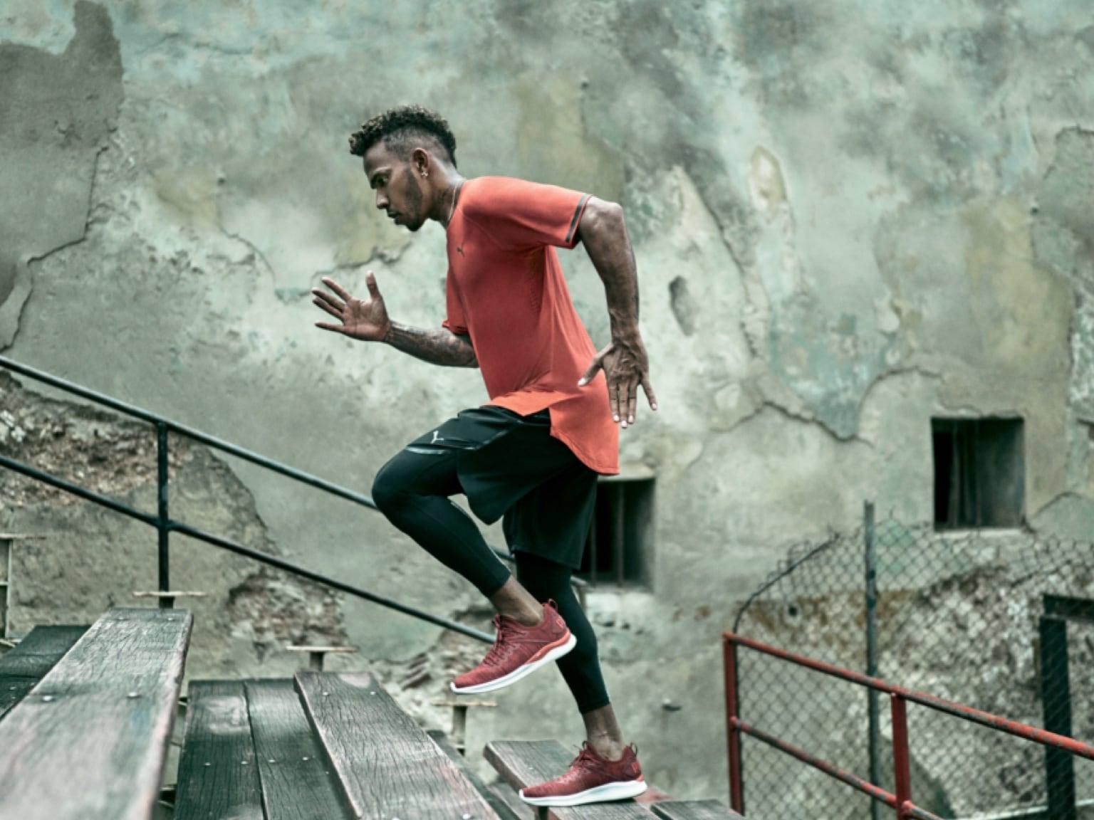 l'homme monte les escaliers